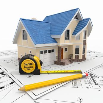Ein virtuelles Haus in 3D steht mit einem Maßband auf einem Bauplan.